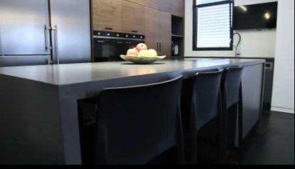 מטבח מודרני דמוי עץ